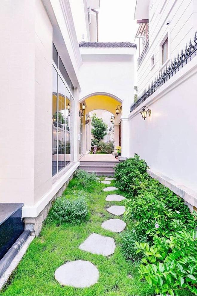 <p> Biệt thự của Di Băng thiết kế dạng nhà vườn, xoay quanh lối đi tràn ngập cây cỏ.</p>
