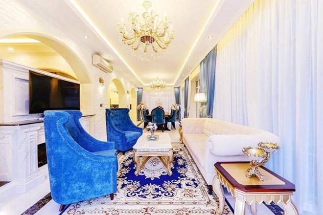 <p> Nội thất bên trong căn nhà được trang hoàng lộng lẫy, với gam màu trắng - xanh chủ đạo.</p>