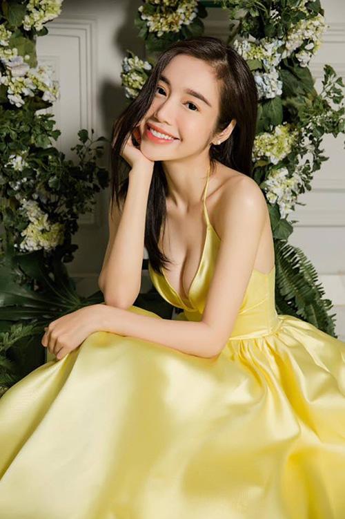 Elly Trần hóa cô công chúa ngọt ngào nhưng cũng đầy gợi cảm.