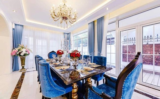 <p> Bàn ăn cũng được chủ nhân căn hộ bài trí cầu kỳ. Đây là không gian vợ chồng Di Băng dùng bữa tối và mời bạn bè tới nhà chung vui.</p>