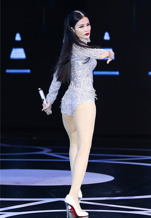Với đặc trưng là áo quần liền thân với phần quần siêu ngắn, bodysuit giúp các ca sĩ Việt có thể vô tư nhảy nhót mà không cần phải mặc quần bảo hộ như sao Hàn, đồng thời giúp tôn đường cong, tạo cảm giác chân dài hơn.