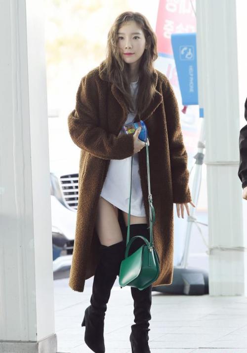 Dara và Tae Yeon cùng đọ nhan sắc ma cà rồng tại sân bay - 7