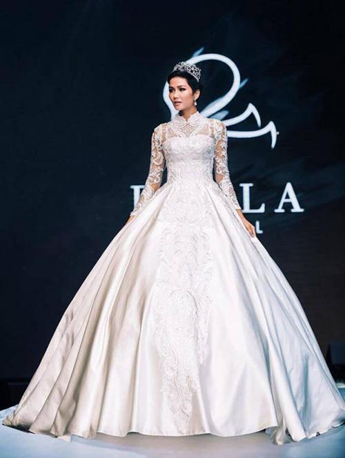 Ngoài ra, HHen Niê còn là vedette cho rất nhiều show thời trang khác, từ trình diễn áo cưới cho đến áo dài.