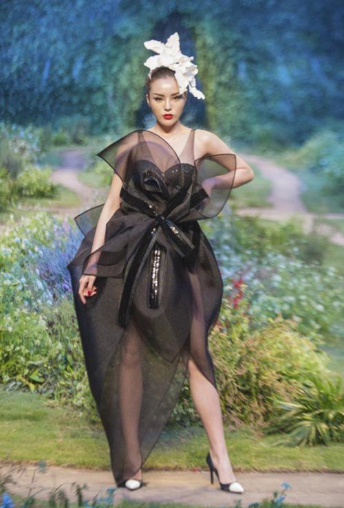 Nếu như 2017 là năm bùng nổ của Kỳ Duyên trong lĩnh vực thời trang với việc phủ sóng dày đặc các sàn diễn thì đến năm 2018, tần suất xuất hiện của người đẹp đã chững lại. Tuy nhiên cô vẫn nằm trong top những hoa hậu được các NTK tin tưởng làm vedette nhất.