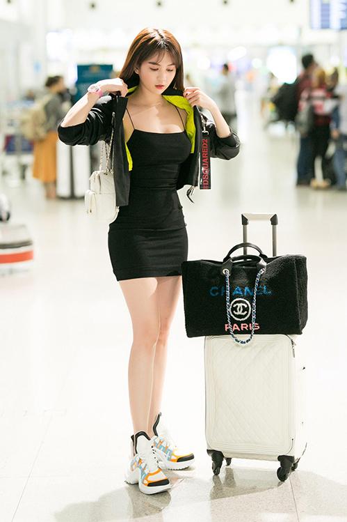 Mộtnămgần đây, Ngọc Trinh có sự thay đổi rõ rệt trong phong cách khi ra sân bay. Từ một nàng bánh bèo chúa, chân dài chuyển qua style khỏe khoắn, giúp vẻ ngoài vốn đã babycàng thêm trẻ trung.