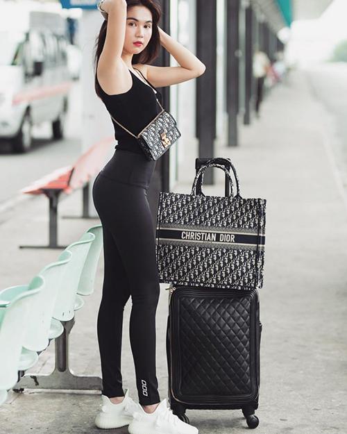 Vẫn ưu tiên những item tôn dáng khéo léo như váy thun ôm, legging, croptop... nhưng Ngọc Trinh đặt tiêu chí thoải mái lên đầu. Trang phục của cô nàng trông gợi cảm nhưng rất dễ hoạt động, không gây vướng víu dù phải di chuyển quãng đường dài.