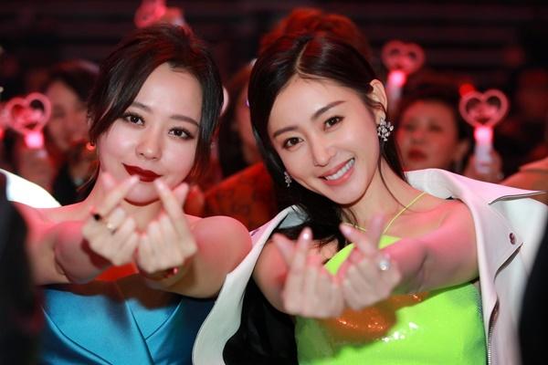 Trương Lương Dĩnh và Trương Thiên Ái tươi tắn bắn tim.