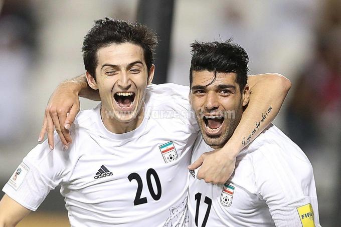 """<p> Lập tức, những thông tin và hình ảnh của chàng cầu thủ mang áo số 20 này nhanh chóng được tìm kiếm. Vẻ điển trai củaSardar Azmoun là một trong những nhân tố khiến anh chàng được quan tâm. Trước đó, khi """"đội quân"""" Iran ra mắt,Azmoun cũng đã gây sốt.</p>"""