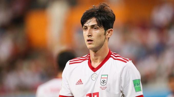 <p> Sardar Azmoun - cầu thủ chơi nổi bật nhất trong tuyển Iran ở trận gặp Việt Nam diễn ra chiều 12/1. Anh lập cú đúp bàn thắng đưa Iran chiến thắng Việt Nam 2-0 chung cuộc. Bàn thắng được ghi ở phút thứ 38 và 68.</p>