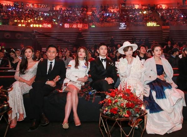 Lâm Chí Linh, Lưu Diệp, Triệu Vy có dáng ngồi như đúc một khuôn khiến fan bật cười.