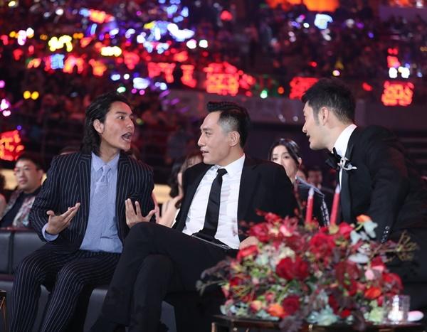 Ba nam thần Trần Khôn, Lưu Diệp và Huỳnh Hiểu Minh tám chuyện sôi nổi khi có dịp ngồi cạnh nhau. Cả ba đều là mỹ nam năm ấy được nhiều khán giả nữ theo đuổi.