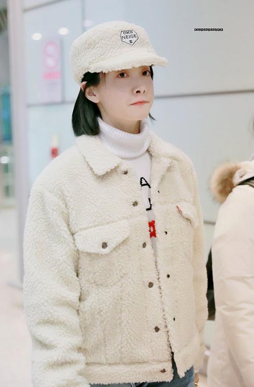 Victoria được ví như gấu trắng khi mặc áo khoác bông ấm áp. Mũ bông là phụ kiện được idol ưa thích trong mùa đông 2018 - 2019.