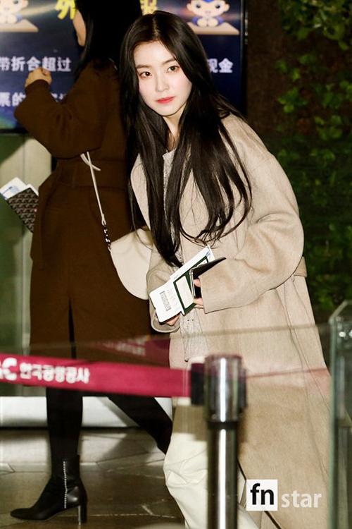 Irene giấu dáng sau chiếc áo khoác oversize. Nữ thần nhà SM ra sân bay cũng đẹp hoàn hảo như lên sân khấu.