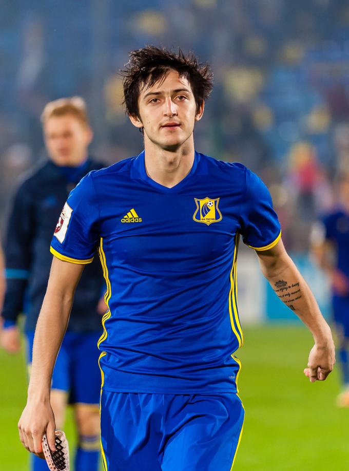 <p> Azmoun năm nay 23 tuổi, đang chơi cho CLB Rubin Kazan (Nga). Anh được triệu tập vào đội tuyển quốc gia từ năm 19 tuổi.</p>