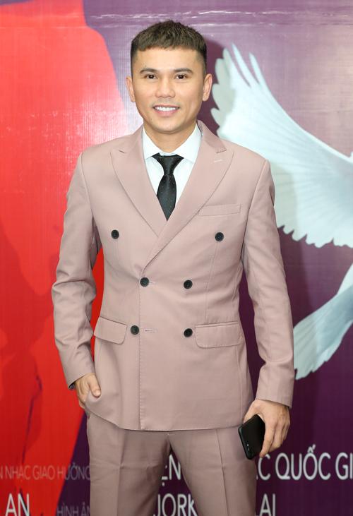 Nam ca sĩ - nhạc sĩ Tú Dưa cũng là một mẩu của ban nhạc Quả dưa hấu ngày xưa và rất thân thiết với Hương Tràm.
