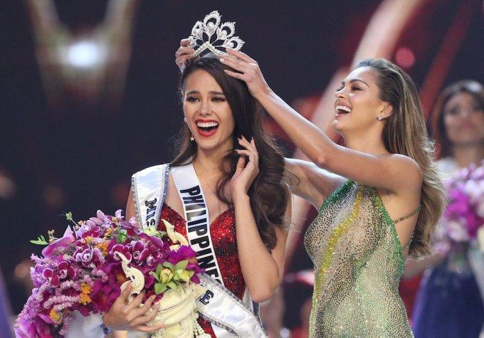 """<p> <strong>Catriona Gray - Miss Universe 2018</strong><br /><br /><a href=""""https://ione.vnexpress.net/photo/sao/chang-trai-7-nam-gan-bo-voi-hoa-hau-hoan-vu-catriona-gray-3855653.html"""">Catriona Gray</a>, nhan sắc Philippines giành vương miện Miss Universe lần thứ 67. Tân Hoa hậu Hoàn vũ là MC, người mẫu, ca sĩ nổi tiếng quê nhà. Bạn trai của Tân Hoa hậu Hoàn vũ là nam diễn viên, người mẫu Clint Bondad. Anh là người Đức gốc Philippines.Cả hai đã có hơn 7 năm bên nhau và là một trong những cặp đôi được yêu thích nhất làng giải trí Philippines.</p>"""