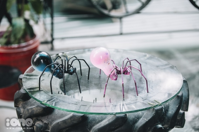 <p> Nhiều vật dụng gia đình như bóng đèn hay chảo nấu ăn đều có thể tái sử dụng thành những vật trang trí đẹp mắt.</p> <p> </p>