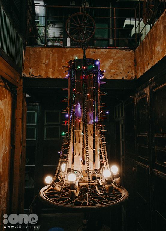 <p> Một bộ phận chiếc máy tuốt lúa được trang trí thành một chiếc đèn lung linh.</p>