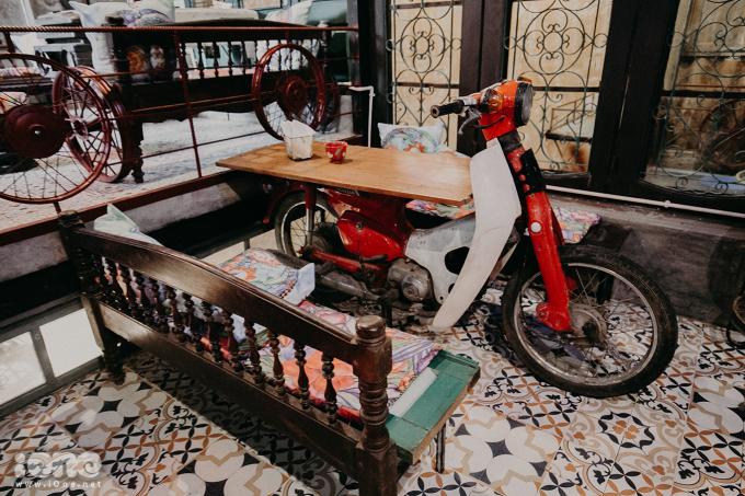 <p> Ghế được làm từ chiếc thành giường bỏ đi hay bàn được làm từ những chiếc xe cub cũ nát.Những cách bài trí khéo léo ấy tạo thành không gian quán ấn tượng.</p> <p> </p>