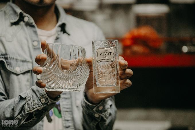 <p> Hay đơn giản chỉ là những vỏ chai rượu được gia công kỹ lưỡng dùng để đựng đồ uống.</p>