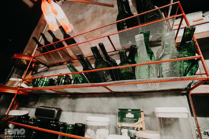 <p> Những chiếc vỏ chai được xẻ đôi dùng để đựng hạt hướng dương cho khách.</p>