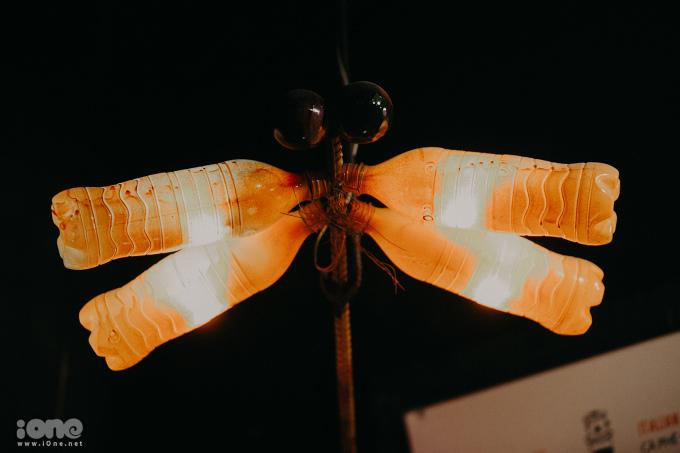 <p> Những con chuồn chuồn lấp lánh cũng được làm từ những chiếc chai nhựa 1,5L bỏ đi.</p>