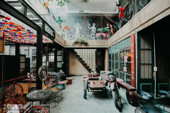 <p> Nằm khiêm tốn trong một con ngõ nhỏ ở phố Hàng Tre, thuộc khu phố cổ Hà Nội, Quán cà phê này có 95% những vật dụng đều là đồ tái chế. Quán có 4 tầng, mỗi tầng có cách thiết kế riêng biệt.</p>