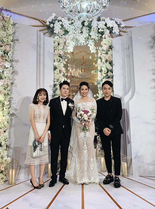 """<p> Tối 14/1, <a href=""""https://ione.vnexpress.net/tin-tuc/sao/viet-nam/le-hieu-ket-hon-o-tuoi-35-3859229.html"""">Lê Hiếu</a> và bà xã Thu Trang tổ chức đám cưới ở một khách sạn 5 sao tại TP HCM. Không gian tiệc cưới được bài trí sang trọng với hoa tươi gam màu trắng chủ đạo. Rất đông bạn bè là nghệ sĩ thân thiết với Lê Hiếu đến chúc phúc anh trong ngày trọng đại. Nghệ sĩ Hoàng Rob (ngoài cùng bên phải) đáp chuyến bay từ Hà Nội vào TP HCM dự đám cưới người anh thân thiết.</p>"""