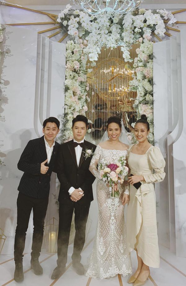 <p> Lê Hiếu mặc vest bảnh bao sóng đôi cùng vợ tiếp khách. Cặp đôi chụp hình kỷ niệm cùng MC Tuấn Hải và MC Phí Linh.</p>