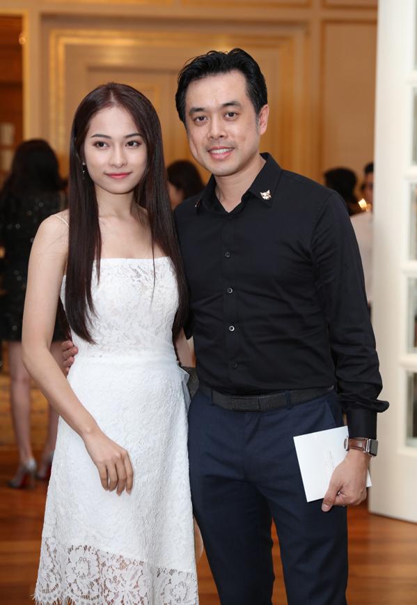 <p> Dương Khắc Linh tay trong tay cùng bạn gái mới Ngọc Duyên đến dự đám cưới đồng nghiệp.</p>
