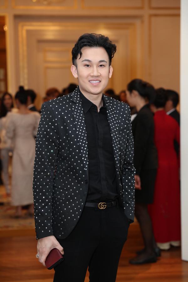 <p> Dương Triệu Vũ mặc vest chấm bi bảnh bao có mặt từ sớm.</p>