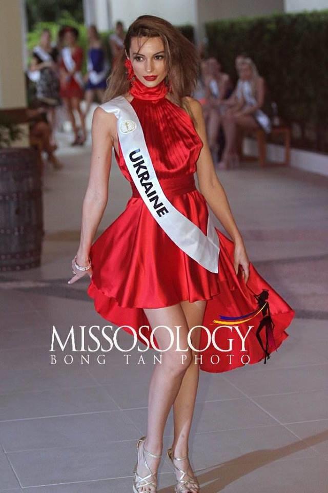 <p> Đại diện Ukraine - Senya Lamber - diện đầm xòe rườm rà, che mất lợi thế vóc dáng gợi cảm. Cách make up, làm tóc của người đẹp 26 tuổi cũng bị chê thiếu chỉn chu.</p>