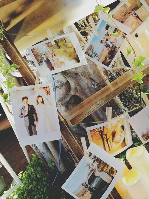 Không gian đám cưới được tổ chức dưới dạng sân vườn mang đến sự thoải mái, ấm cũng lẫn ngọt ngào.