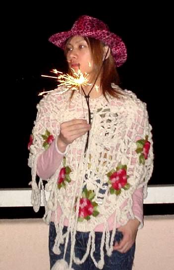 Chiếc áo len hoa lá không thể nữ tính hơn của Hee Chul.