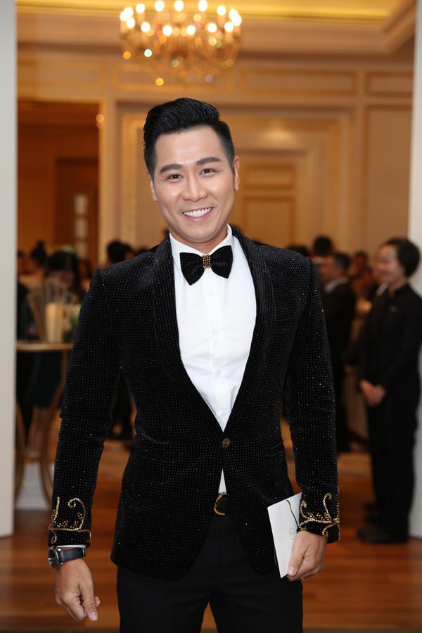 <p> MC Nguyên Khang dẫn dắt đám cưới của Lê Hiếu tối nay.</p>