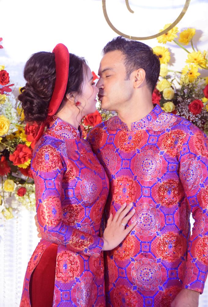 <p> Chú rể - cô dâu khóa môi ngọt ngào.</p>