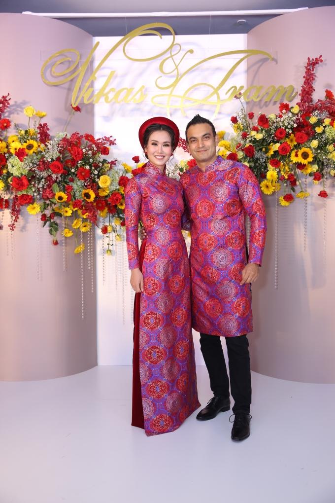 <p> Chiều tối 14/1, tiệc cưới Võ Hạ Trâm và bạn trai người Ấn Độ diễn ra tại một khách sạn ở TP HCM. Sáng cùng ngày họ làm rễ rước dâu, lễ thuận hằng. Cô dâu - chú rể xuất hiện từ sớm trang phục áo dài đồng điệu để đón khách.</p>