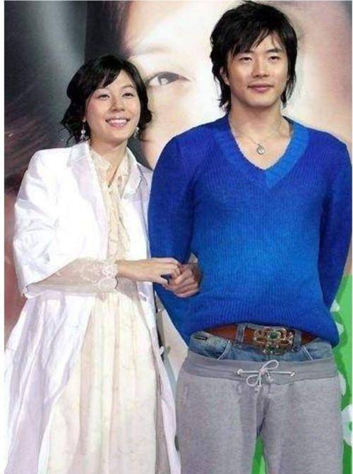 Kwon Sang Woo chơi trội với style quần siêu dị.
