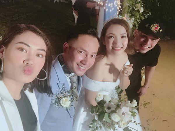 Vợ chồng stylist Pông Chuẩn chụp hình cùng cô dâu - chú rể.