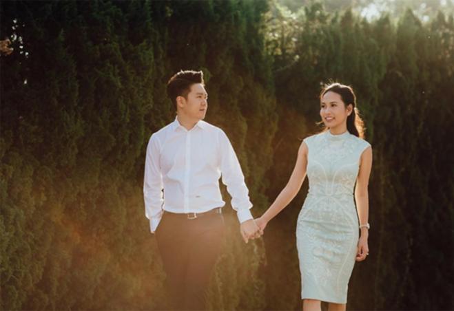 """<p> Vợ sắp cưới của Lê Hiếu tên là Thu Trang, không hoạt động trong làng giải trí. Thu Trang có ngoại hình xinh xắn, đang kinh doanh tự do và là bà chủ của nhiều nhà hàng tại TP HCM. Cả hai quyết định đi đến hôn nhân sau 1 năm yêu nhau.<br /><br /> Trước đó, trả lời phỏng vấn hồi đầu tháng 10, Lê Hiếu từng tiết lộ, anh cảm thấy bình yên mỗi khi ở bên bạn gái 9x. Khi không có lịch biểu diễn, anh thường đưa bạn gái đi ăn và tâm sự với cô về công việc, cuộc sống. Bố mẹ của Lê Hiếu cũng mong anh sớm kết hôn để ổn định cuộc sống.</p> <div style=""""text-align: right;""""> </div>"""