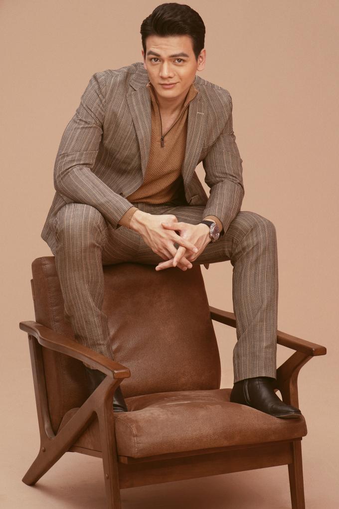 <p> Những bộ suit kết hợp áo len, áo cổ lọ giúp Lê Xuân Tiền trông trưởng thành, chững chạc so với tuổi 22.</p>