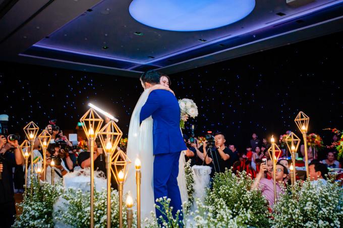 <p> Tiệc cưới của Võ Hạ Trâm bắt đầu lúc 19h30 tối 14/1 tại một khách sạn ở quận 1, TP HCM. Sau clip dễ thương giới thiệu về hai nhân vật chính, cô dâu từ từ bước vào lễ đường. Chú rể người Ấn Độ - Vikas đứng chờ sẵn và dắt tay Võ Hạ Trâm để chuẩn bị làm lễ.</p>