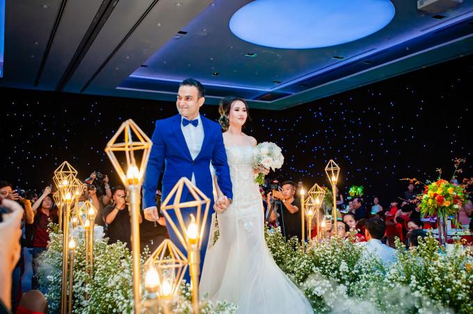 <p> Võ Hạ Trâm diện áo cưới của NTK Lê Kim Chi với kiểu đuôi cá mềm mại, dễ di chuyển. Thiết kế có phần vừa cổ điển vừa gợi cảm với lớp ren tơ 3D. Chi tiết hoa dây chạy dọc hai bên tạo điểm nhấn eo thon nổi bật.</p>