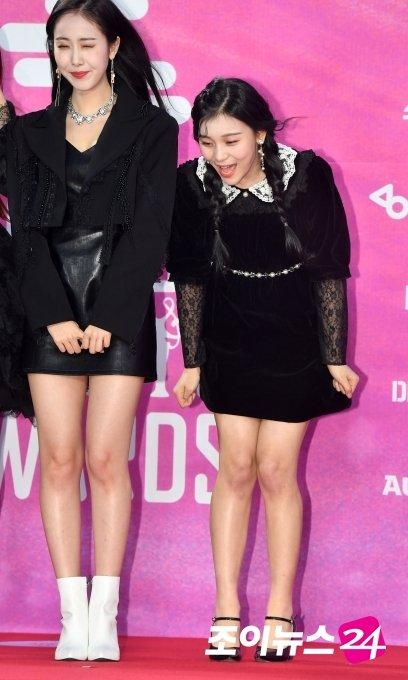 Trong khi SinB cố tỏ ra cool ngầu thì em út Eum Ji (bên phải) đã hoàn toàn bị cơn gió đánh bại, lộ khoảnh khắc hài hước.