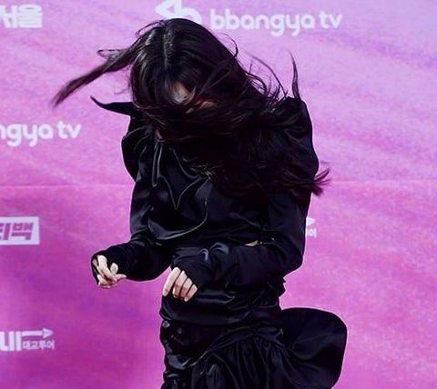 Đây là phong cách dò đường của Yuju ở thảm đỏ Seoul Music Awards.