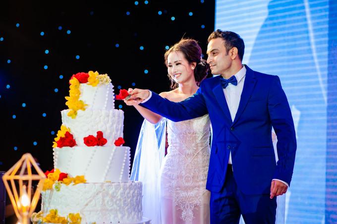 <p> Cô dâu chú rể cắt bánh, khui rượu mừng hạnh phúc trước sự chứng kiến của nhiều người.</p>