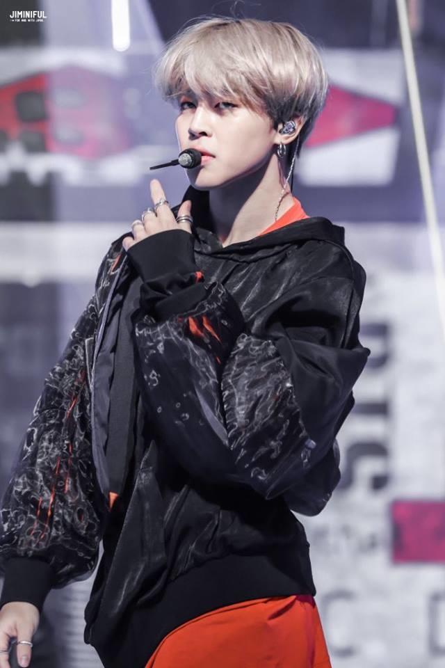 <p> Mỗi khi lên sân khấu, Ji Min toát lên thần thái sang chảnh, cool ngầu. Mái tóc xám càng khiến ngoại hình của nam ca sĩ thêm nổi trội.</p>