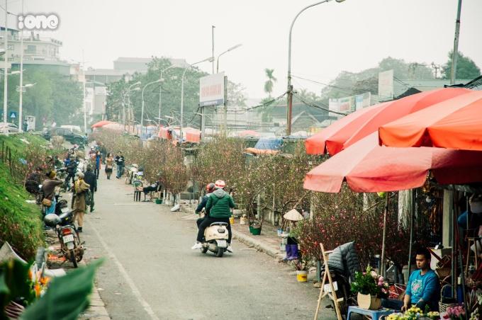 <p> Chợ hoa Quảng Bá cũng bắt đầu nhộn nhịp người mua bán đào.</p>