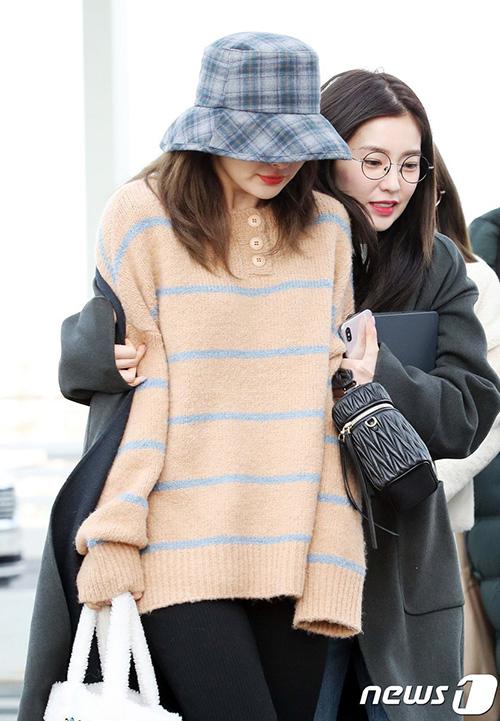 Seul Gi chỉ mặc một chiếc áo len nên vừa đi vừa co người, Irene phải giúp cô bạn thân ủ ấm. Người hâm mộ cho rằng Seul Gi nên mặc đồ kín đáo hơn vì thời tiết Hàn đang rất lạnh.