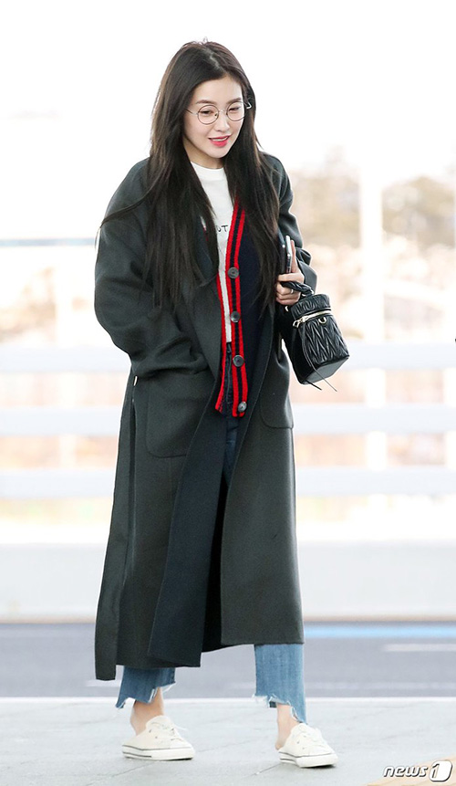 Irene mặc cũng khá phong phanh và còn đi giày đạp goys, để lộ chân trần giữa thời tiết lạnh giá.
